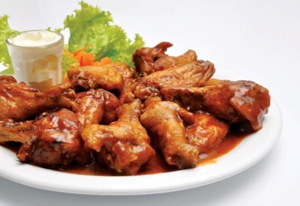 Aby przygotować kurczaka po wietnamsku, potrzebne będą: cukier trzcinowy, woda, ząbki czosnku, czerwona papryczka chilli, sos rybny, kolendra oraz obrany ze skóry kurczak.